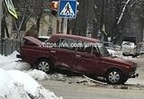 В центре Воронежа ВАЗ протаранил столб с дорожным знаком