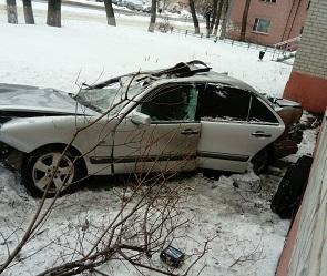 В Воронеже иномарка влетела в стену жилого дома