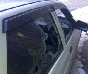 Водитель маршрутки разбил битой стекло в машине воронежца