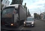 В Воронеже автохам на «встречке» блокировал проезд и ехал задним ходом – видео