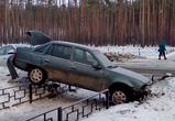 Воронежцы обсуждают самое нелепое ДТП: две машины зависли на ограде (фото)