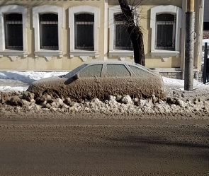 Воронежцы опубликовали фото вмерзшей в лед машины