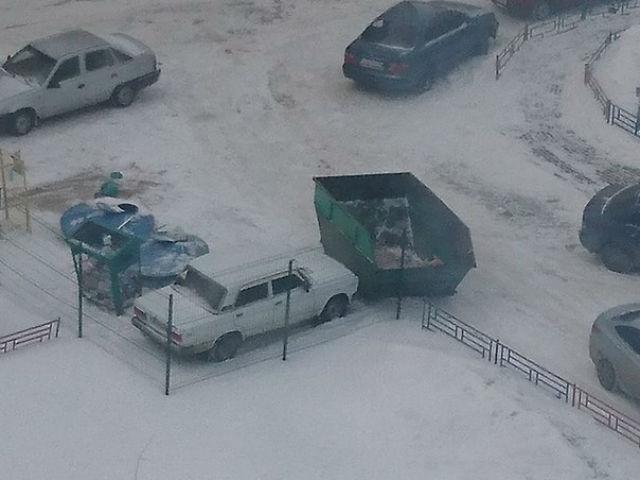 В Воронеже водителя замуровали мусорными контейнерами