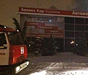 В Воронеже 60 спасателей два часа тушили полыхающий склад автомобильных масел