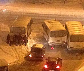 Крупное ДТП в Воронеже: столкнулись два ПАЗа, третий застрял в снегу - фото