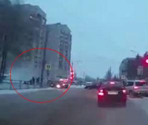Стойка светофора спасла толпу воронежцев от вылетевшей с дороги машины - видео