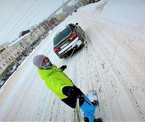 Экстремал прокатился по Воронежу на сноуборде, привязав его к иномарке