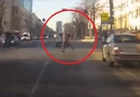 Танцующего пешехода-самоубийцу сняли на видео в Воронеже