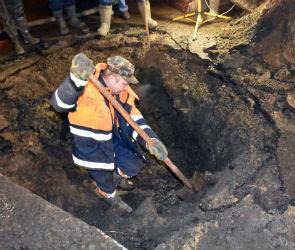 Коммунальщики устранили аварию, оставившую без воды район «Электроники»