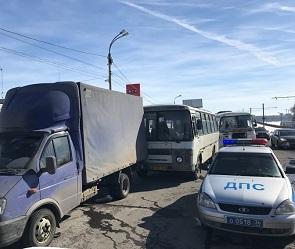 10 человек пострадали в ДТП с маршрутками и грузовиком на набережной в Воронеже