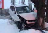 В Воронеже угонщик чуть не сбил человека, задел пару авто и врезался в дерево