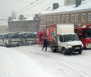 Снегопад в Воронеже вызвал ДТП, огромные пробки с нулевой видимостью - фото