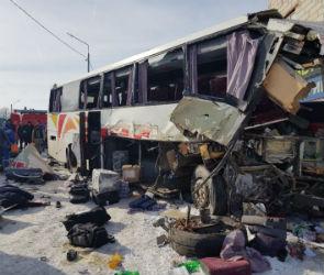 На трассе «Дон» лоб в лоб столкнулись автобус и фура: есть погибшие и раненые