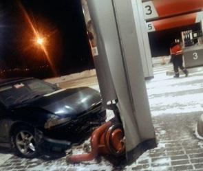 В Воронеже автомобилист протаранил АЗС из-за гололеда