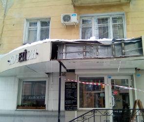 В Воронеже коммунальщики, очищая крышу, разгромили вывеску кофейни
