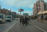 На видео попала толпа пешеходов, массово нарушающая ПДД