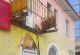 В Воронеже на остановке Клинической в доме рухнул балкон и часть кровли - фото