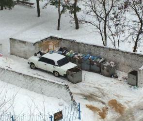 В Воронеже замуровали ВАЗ, припаркованный у мусорных баков