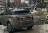 Воронежцев возмутила блондинка, оставившая Range Rover на пешеходном переходе