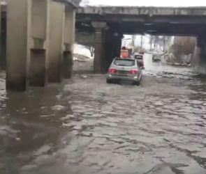На улице Землячки в Воронеже из-за потопа закрыли движение для автотранспорта