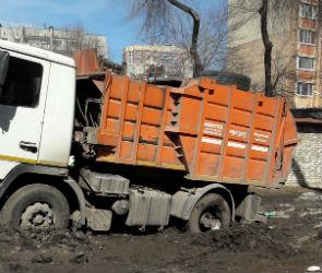 В Воронеже мусоровоз застрял в грязи во дворе жилого дома