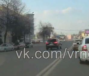 В Воронеже на видео попал «Туарег», грубо нарушающий ПДД