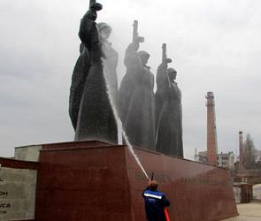 В Воронеже в Международный день памятников помыли мемориалы и братские могилы