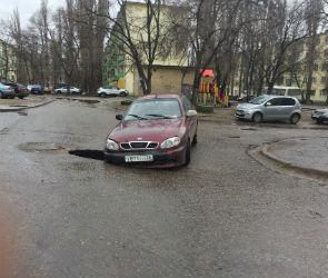 В Воронеже украинский автомобиль провалился в дыру в асфальте