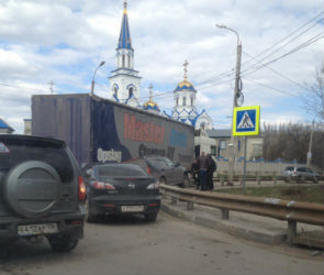 На улице Бурденко фура выдавила иномарку на «отбойник»