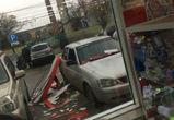 Вывеска воронежского ТЦ рухнула на припаркованный автомобиль