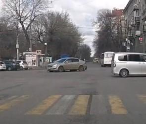 «Опель» снес «Мерседес» в центре Воронежа - столкновение сняли на видео