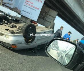 На Северном мосту ВАЗ перевернулся после ДТП и заблокировал движение