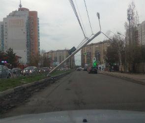 В Воронеже «Лада Гранта» снесла фонарный столб