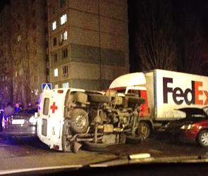 Массовая авария в Воронеже: перевернулась скорая, ранены двое (фото, видео)