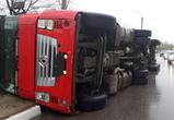 Опубликованы фото аварии с перевернувшейся фурой на набережной в Воронеже