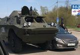 Воронежцев развеселили фото курьезной аварии с бронемашиной и иномаркой