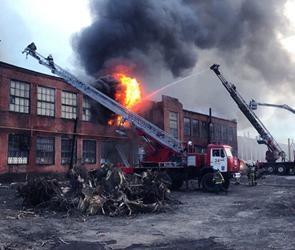 Появились фото и видео страшного ночного пожара на заводе Коминтерна в Воронеже