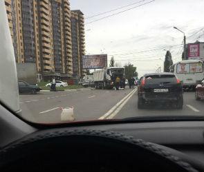Огромная пробка образовалась на улице 9 Января из-за ДТП с КАМАзом и автобусом