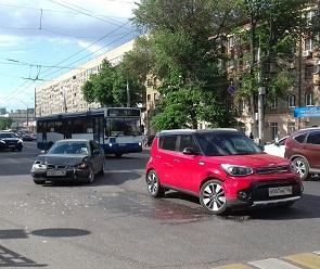 Девушка на красной иномарке спровоцировала ДТП с такси в центре Воронежа