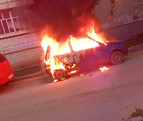 Появились фото подожженной легковушки  на бульваре Победы в Воронеже