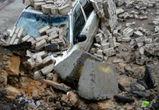 На видео попал момент падения кирпичной стены на автомобили в Воронеже