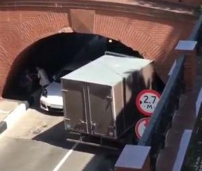 В Воронеже ГАЗель врезалась в Каменный мост, столкнувшись с «Порше»