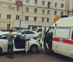 На площади Заставы в Воронеже иномарка протаранила «скорую»