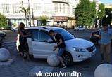 В нелепую аварию в Воронеже попали бетонный шар и иномарка