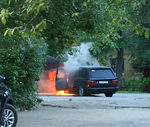 Полыхающий в воронежском дворе «Ленд Ровер» попал на видео