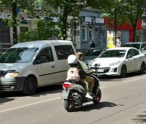 Воронежцев возмутили дети, катающиеся на скутере по городским улицам