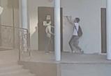 Воронежские подростки, пытавшиеся взломать дверь многоэтажки, попали на видео