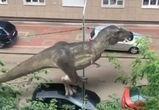 На улицах Воронежа сняли на видео «живых» тираннозавров