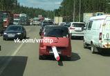 Воронежцы сфотографировали автомобиль, «нервно курящий в пробке» на 9 Января