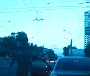 На видео попало нападение пьяного автомобилиста на девушку-водителя